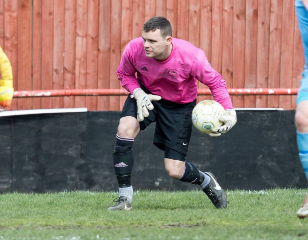 Bracknell Town goalkeeper Garry Aulsberry. Photo: Neil Graham.