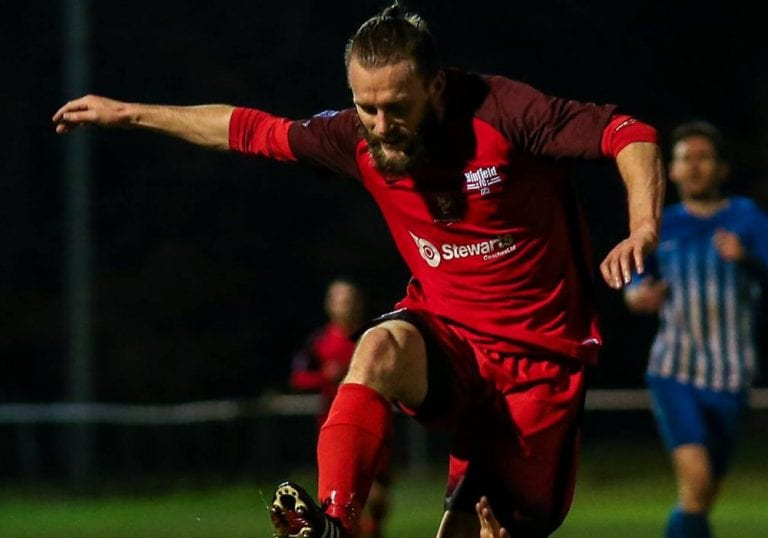 Binfield striker Ian Davies. Photo: Neil Graham.