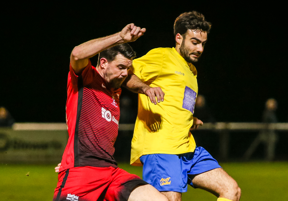Carl Davies battles for the ball. Photo: Neil Graham.