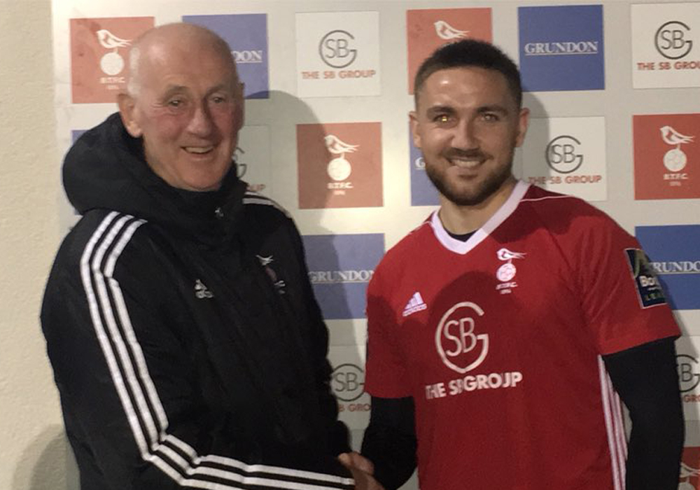 Anton Rodgers signs for Bracknell Town. Photo: Bracknell Town FC.