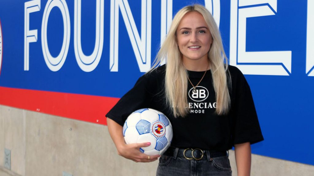 Faye Bryson signs for Reading FC Women. Photo by Reading FC.